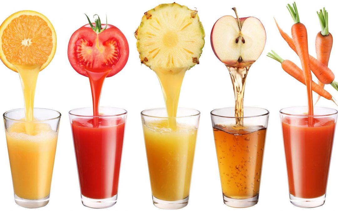 Pieza de fruta frente al zumo