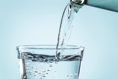 El agua es el medio donde se llevan a cabo todas las reacciones químicas, sin ella, sencillamente, no hay vida.